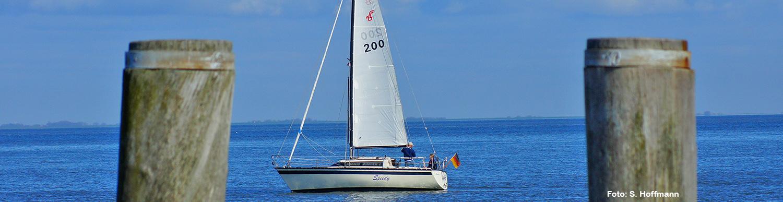 Segelboot an der Küste